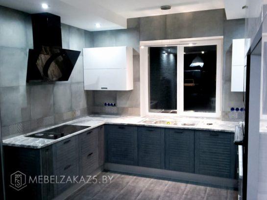 Угловая кухня темного цвета
