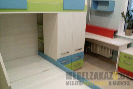 Детская двухэтажная кровать с открытыми полками в шкафу