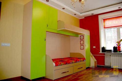 Ярко-салатовая двухъярусная кровать с распашным шкафом в детскую