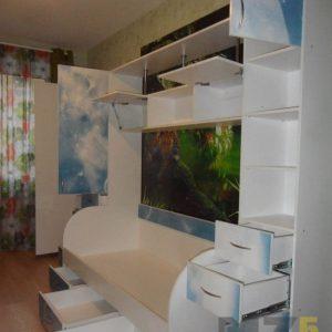 Стенка в детскую с рисунками на фасадах и односпальной кроватью