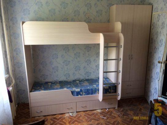 Бежевая двухъярусная кровать в детскую с распашным шкафом