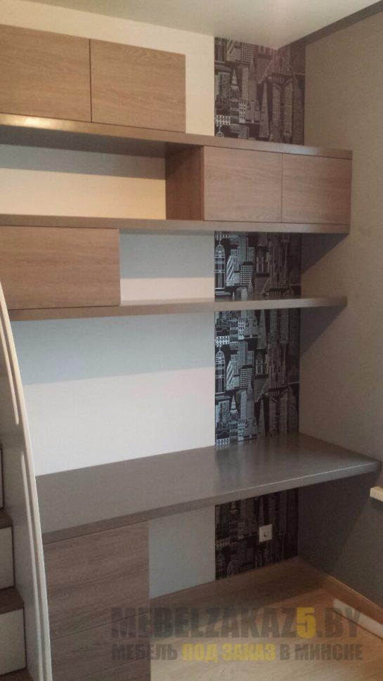 Компьютерный стол модерн с минималистичными навесными шкафчиками