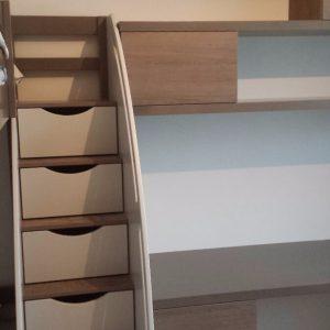 Лестница с выдвижными ящиками для хранения в детскую комнату