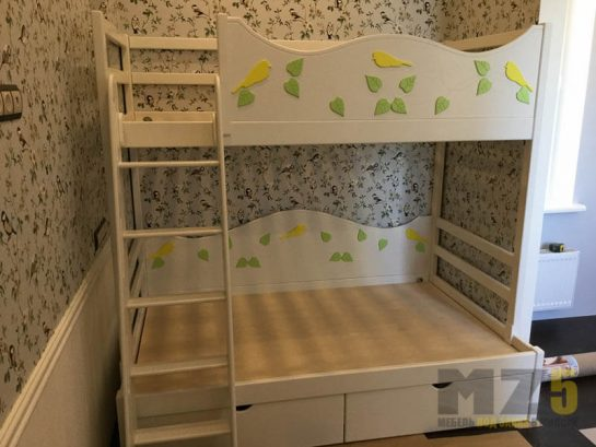 Двухъярусная кровать в детскую из дерева с бортиком
