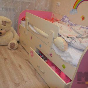 Розовая односпальная кровать в детскую с бортиком и выдвижными ящиками