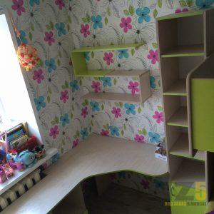Рабочая зона в детскую комнату с навесными декоративными полками