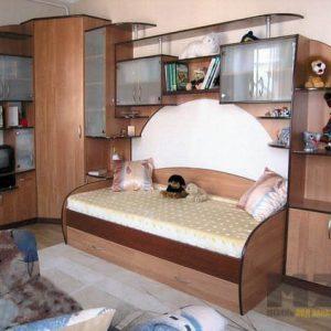 Стенка в детскую комнату из массива с односпальной кроватью
