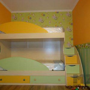 Желто-зеленая двухэтажная кровать в детскую с выдвижными ящиками в лестнице