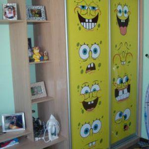 Комбинированный шкаф-купе в детскую желтого цвета с фотопечатью