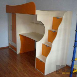 Кровать-чердак бежево-оранжевого цвета в детскую с распашным шкафом и рабочей зоной
