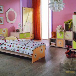 Маленькая кровать со стеллажом полузакрытого типа в комнату для детей от трех лет