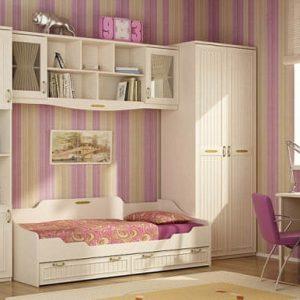 Светлый набор мебели в детскую для девочки