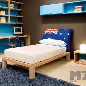 Кровать на ножках с навесными полками в детскую