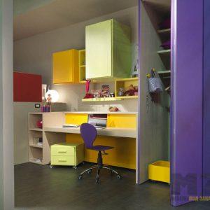 Компьютерный стол в детскую открытой тумбой и навесными шкафчиками