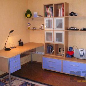 Письменный стол из ДСП в детскую