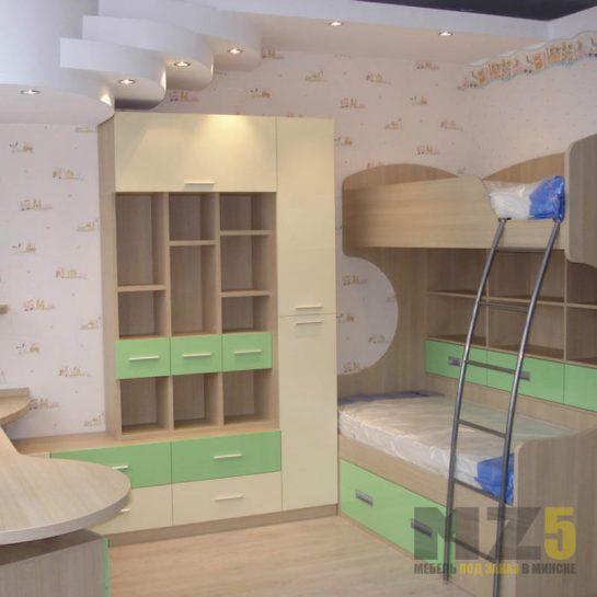 Двухъярусная кровать в детскую комнату со стеллажом полузакрытого типа
