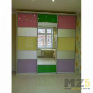 Яркий комбинированный шкаф-купе с зеркалом в детскую