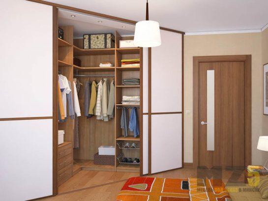 Встроенная угловая гардеробная с белыми раздвижными дверями