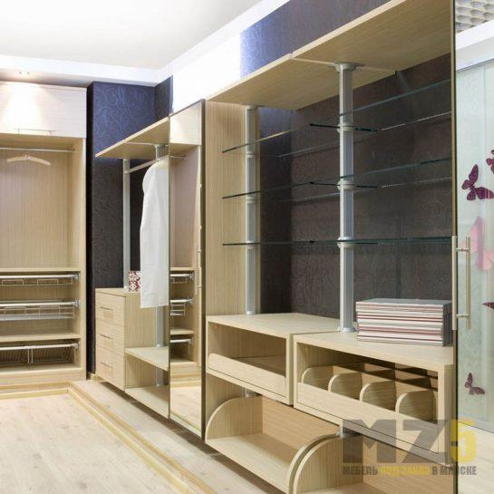 Большая гардеробная из МДФ с зеркальным распашным шкафом и открытыми полками