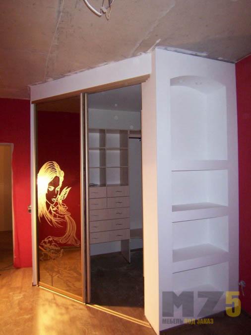 Современная гардеробная с зеркальными раздвижными дверями и пескоструйным рисунком