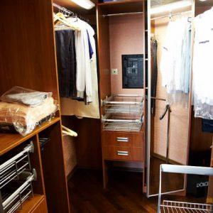 Маленький шкаф в гардеробную из ДСП