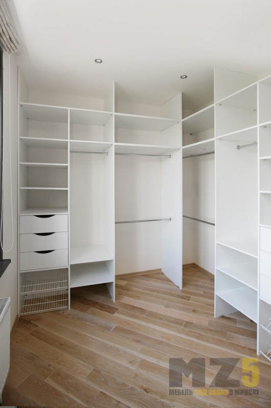 Угловая гардеробная в стиле минимализм в белом цвете