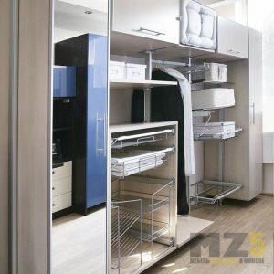 Современная прямая гардеробная с зеркальным распашным шкафов