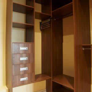 Угловой открытый шкаф в гардеробную