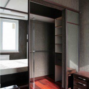 Встроенная гардеробная с зеркальными раздвижными дверями