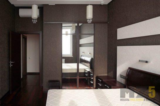 Встроенная гардеробная с раздвижными дверями из зеркала