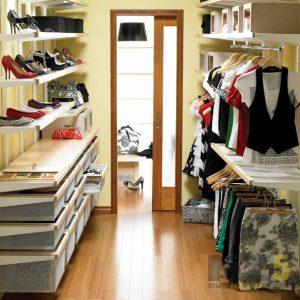 Узкая прямоугольная гардеробная с выдвижными ящиками