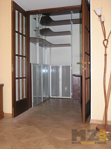 Маленькая гардеробная система с распашными дверями