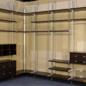 Открытая современная гардеробная с темными выдвижными ящиками