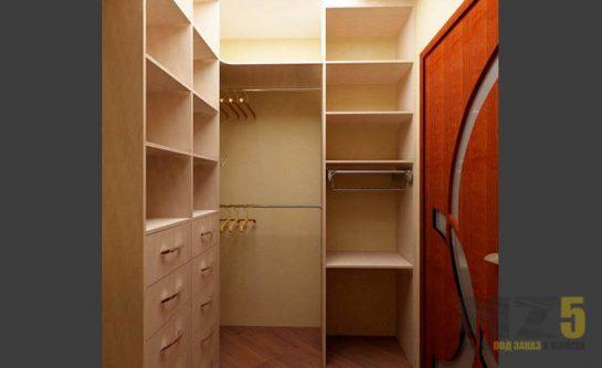 Маленькая гардеробная с полочками и ящиками