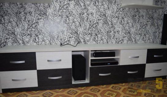 Напольная черно-белая тумба в гостиную