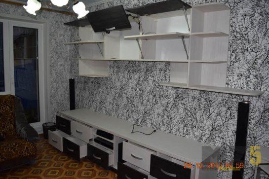 Напольная черно-белая тумба в гостиную с навесными шкафчиками