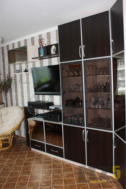 Угловая горка в гостиную со стеклянной антресолью