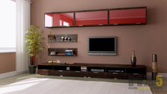Современная горка в гостиную коричневого цвета с красными навесными шкафчиками