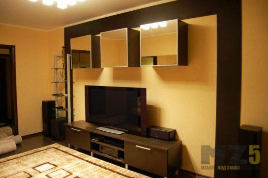 Горка в гостиную с зеркальными навесными шкафчиками