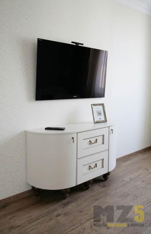 округленная тумба под телевизор в классическом стиле
