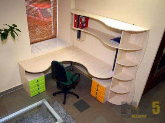 Бежевый угловой компьютерный стол с небольшой стенкой
