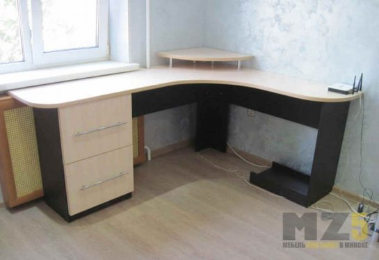 Современный компьютерный стол из ДСП угловой формы