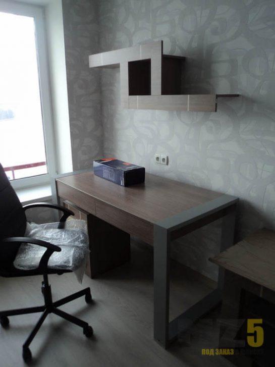 Компьютерный стол серого цвета в стиле минимализм с оригинальной навесной полкой