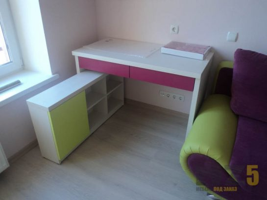 Маленький белый компьютерный стол с розовыми выдвижными ящиками и салатовой приставной тумбой