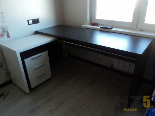 Черно-белый компьютерный стол в стиле минимализм