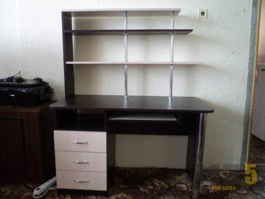 Черно-белый компьютерный стол с открытыми полками