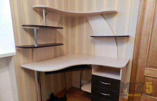 Угловой компьютерный стол из МДФ с декоративными полками