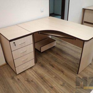 Бежевый компьютерный стол с выдвижными ящиками под замком
