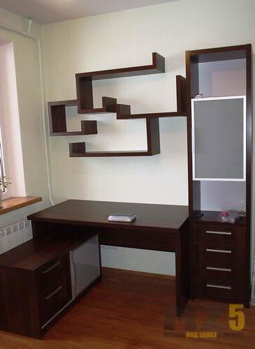 Компьютерный стол в цвете венге с декоративными полками и шкафом-пеналом