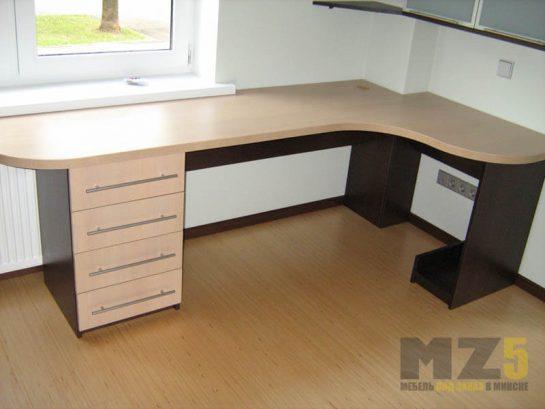 Классический бежево-черный компьютерный стол в комнату